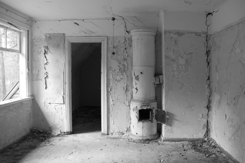 """Naikinimo ir nykimo estetika – D. Aleksos parodoje """"Išpisti langai"""""""