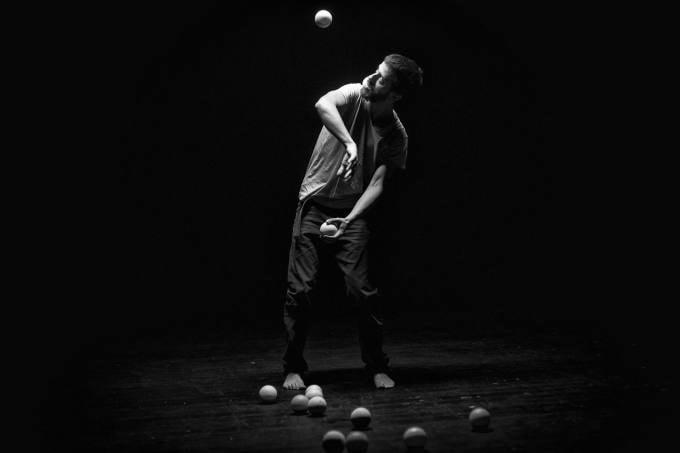 Eksperimentinis žongliravimas dėmesio irimo temomis