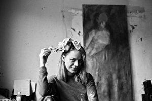 """Debiutinė I. Tarejevos tapybos paroda """"Sintetinis organiškumas"""" kvies apmąstyti kūno estetiką"""