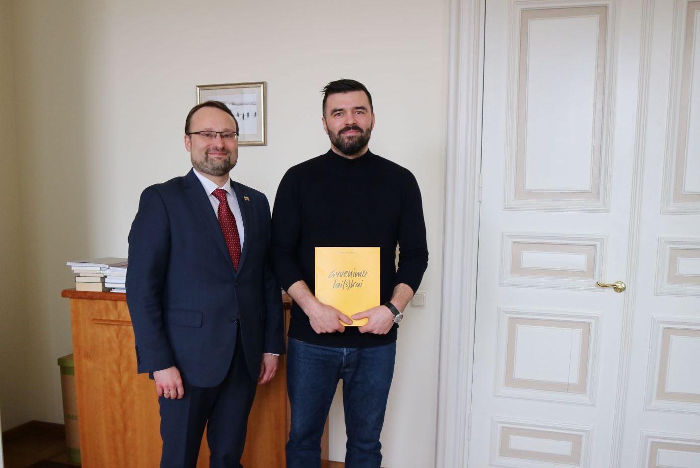 Kultūros ministras įteikė apdovanojimą Baltijos knygos meno konkurso laureatui
