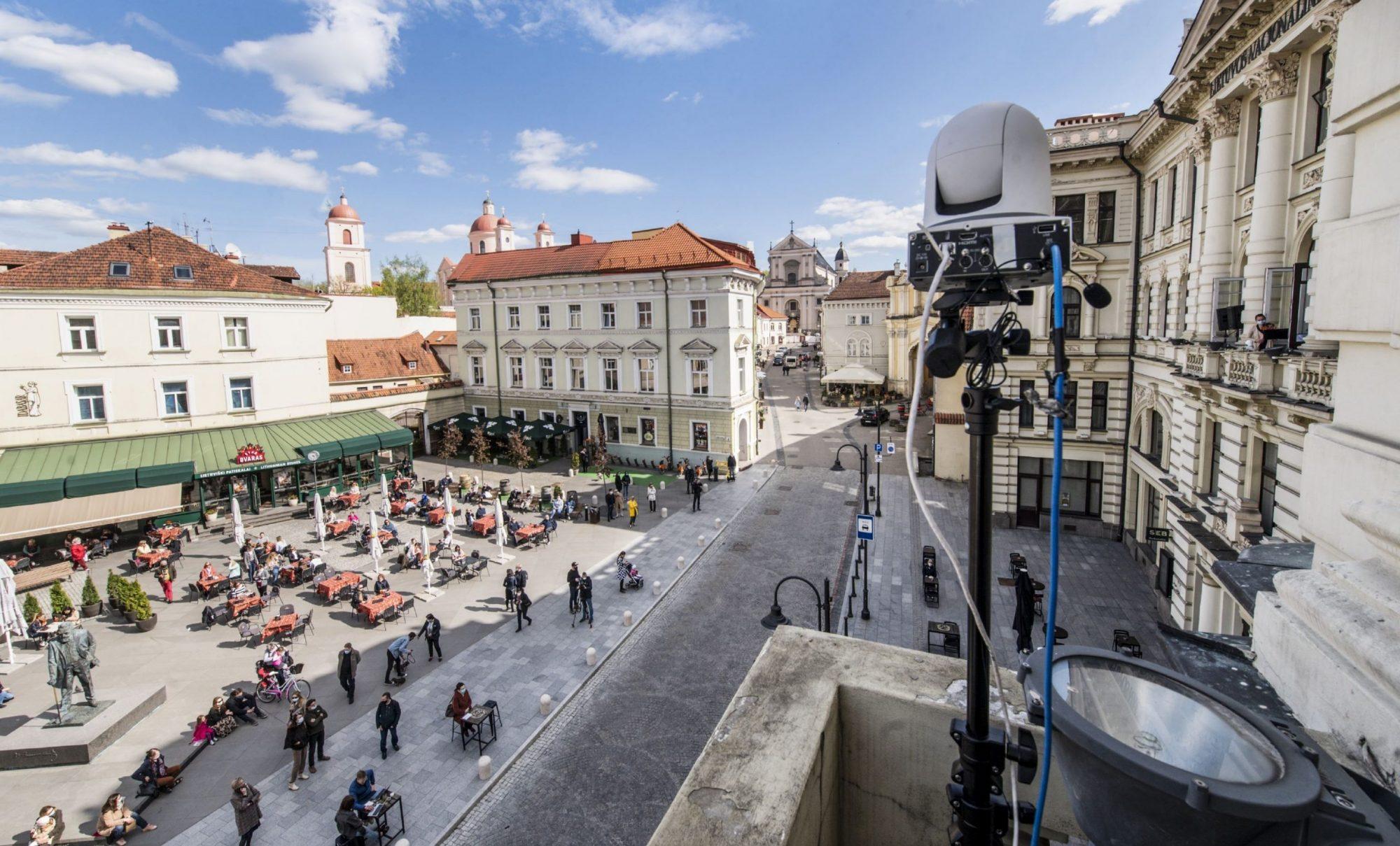 Iš Filharmonijos balkono grieš Sergejus Krylovas