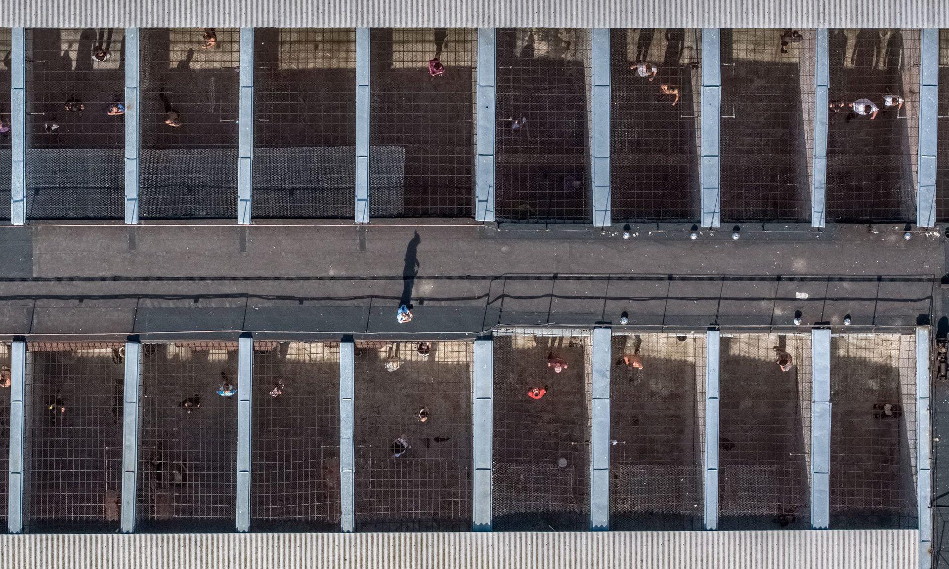 """A. Repšio parodoje """"4 m² laisvės"""" – kalinių aplinka ir kasdienybė iš drono skrydžio"""