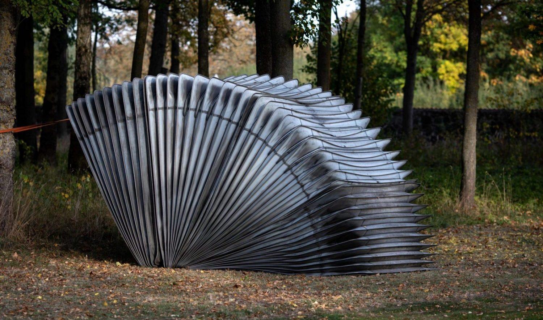 """Vilniaus Kūdrų parke – šiuolaikinės skulptūros paroda """"Belaukiant"""""""